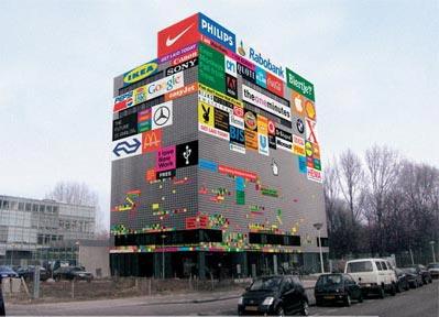 Прикольная реклама на зданиях