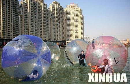 Пластиковые шары - новое развлечение на озере Xibei