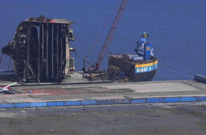 Корабль разорвало штормом
