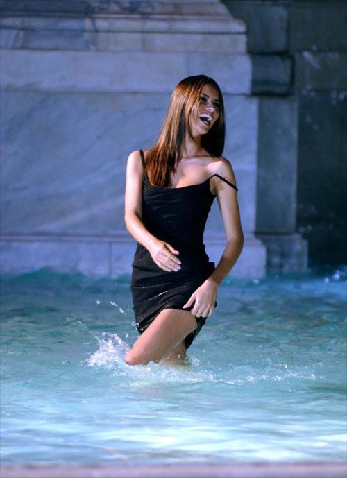 Адриана Лима мочит ножки