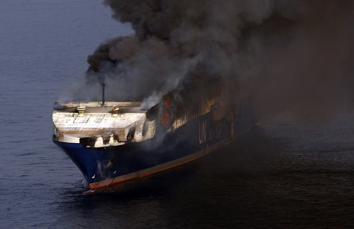 когда горит огонь лодка в бухте