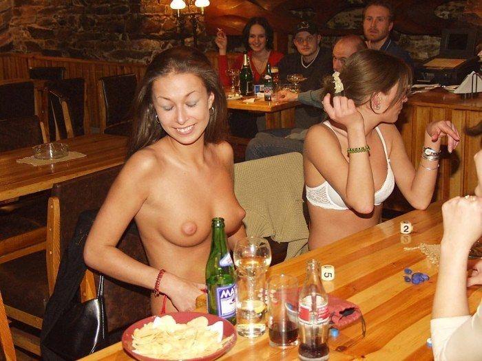 foto-golaya-devushka-v-bare