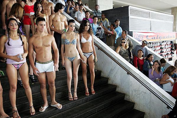 фото девушки без нижнего белья ходят