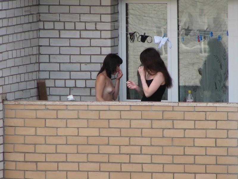 голые женщины в окнах фото