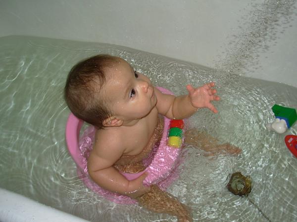 Купается в ванной видео