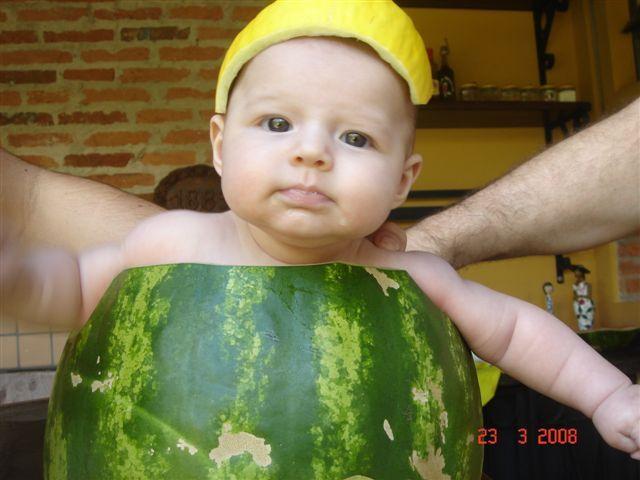 Ребенок в арбузе