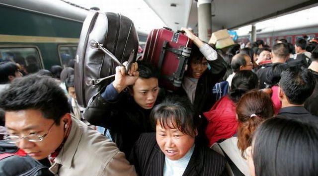На вокзале Гуанчжоу скопилась толпа из 100 тысяч человек
