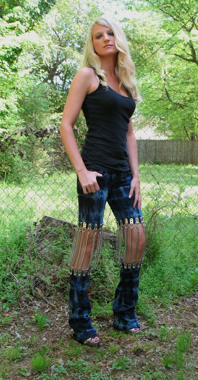 Дырки и потертости уже не катят, надо штанцы на коленях разрывать