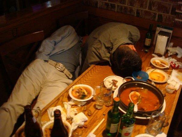 Фото пьяных под столом фото 172-64
