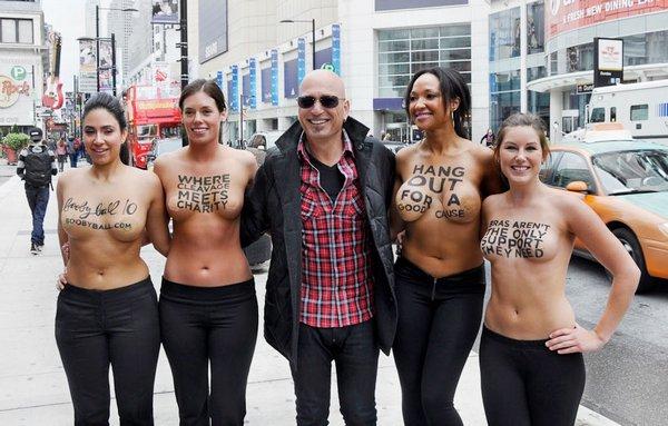 Женщины голой грудью встали на защиту мира от рака молочной железы. Зареги