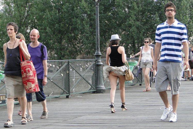 У девушки поднялась юбка от ветра и ее трахнули 8 фотография