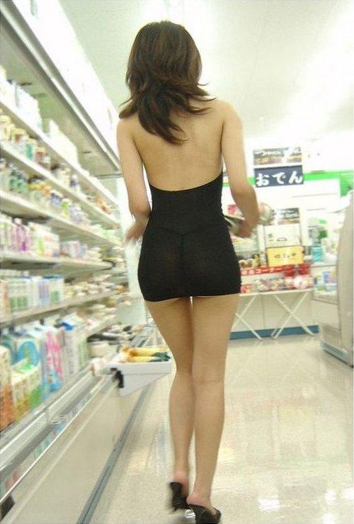 девушка в прозрачном платье в магазин