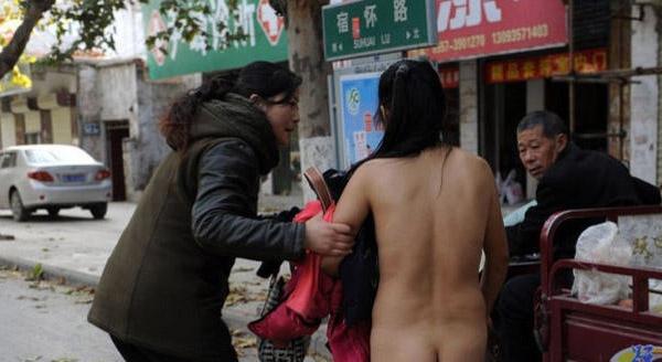Девочка разделась на улице онлайн фото 678-9