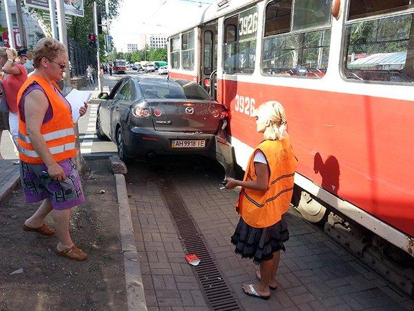 Трамвай против Мазды