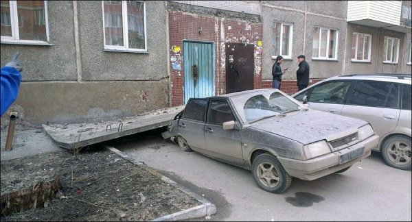 Козырек упал на машину
