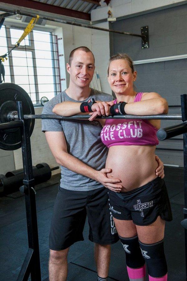 Беременная женщина поднимает тяжести 60