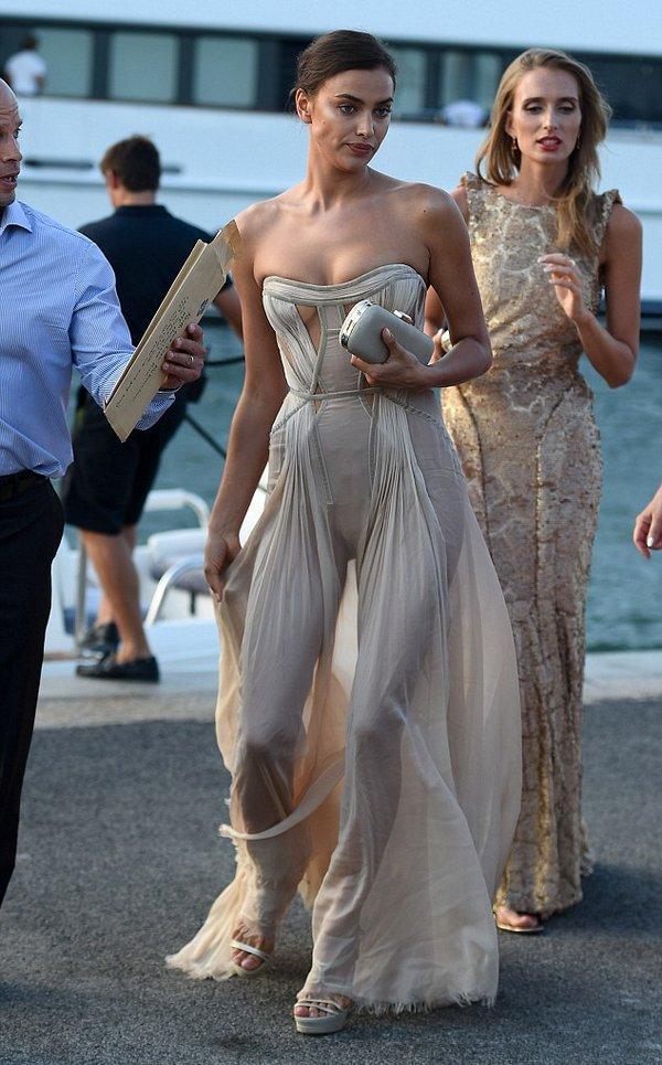 Интересное платье Ирины Шейк