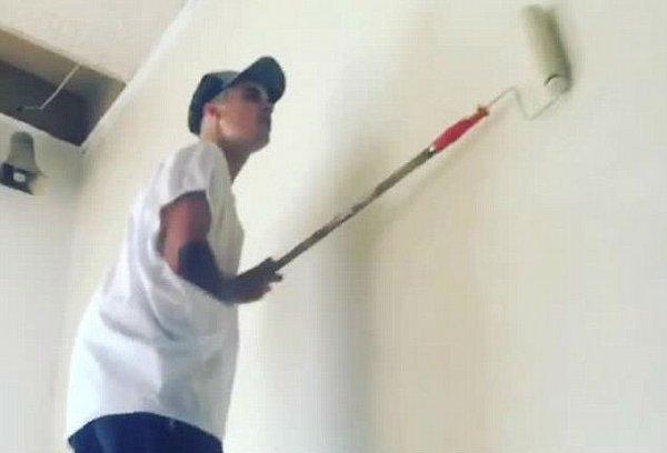 Бибер красит стены