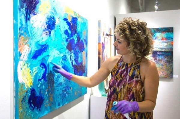 Она рисует картины пальцами