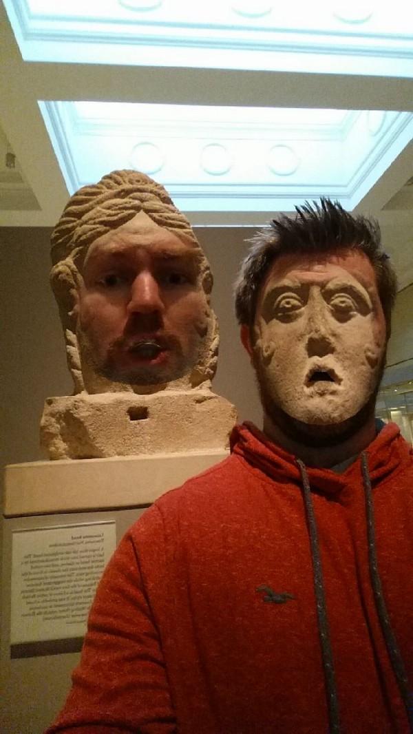 Поменялся лицом со статуями