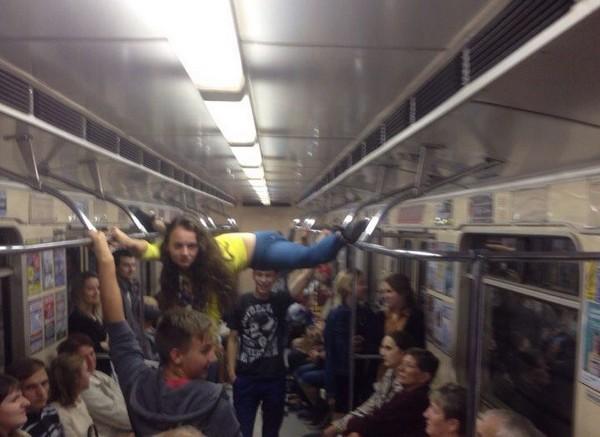 Шпагат в метро