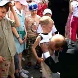 Президент Путин, целующий мальчика в живот