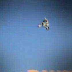Сверхдальний прыжок на мотоцикле - Видеоприколы