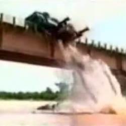 Поднимая автобус, кран навернулся с моста